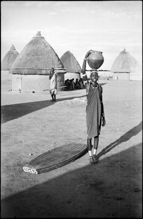 Shilluk girl with pot